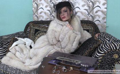 Cherry Lady beim Pelz ankleiden Teil 1 - Pelzmantel Schlampe