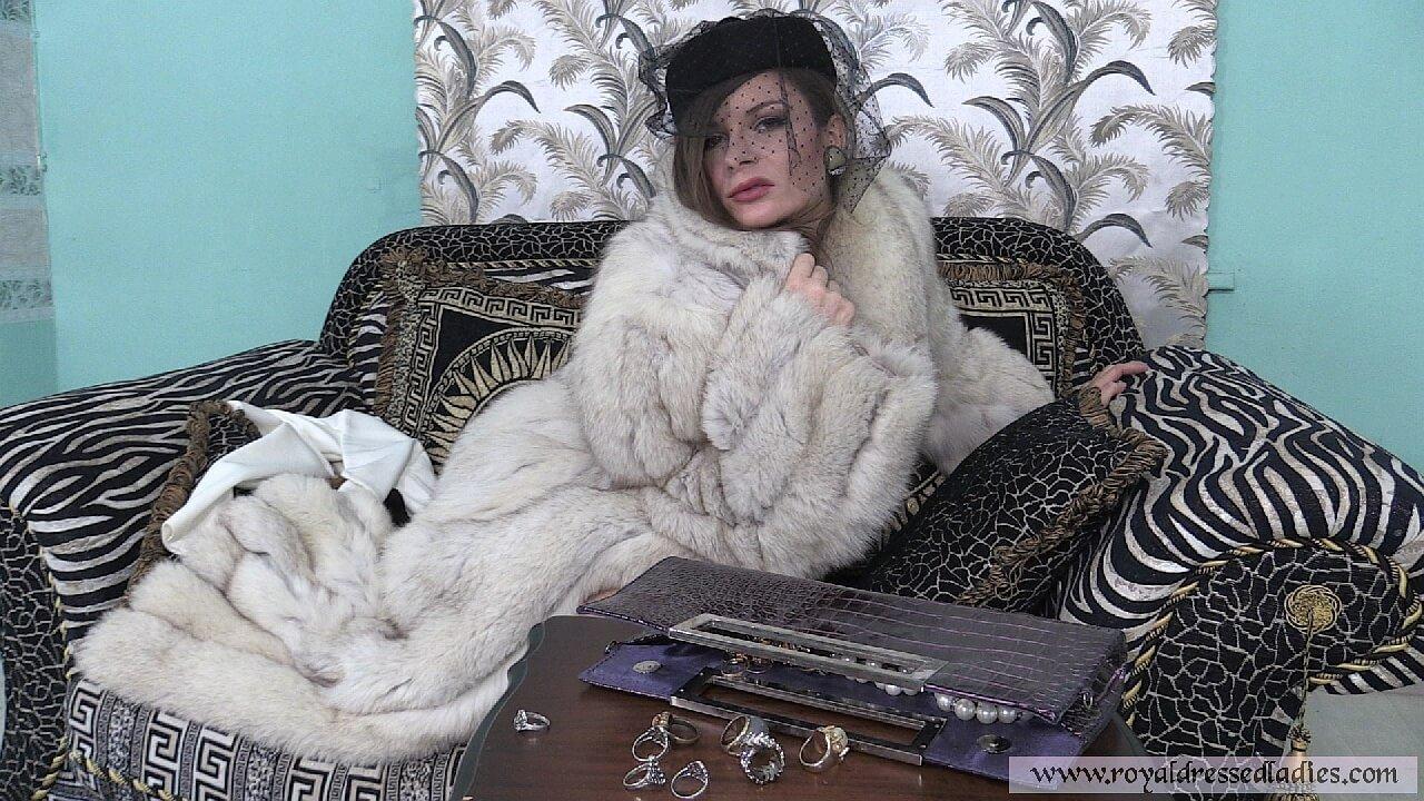 Cherry Lady beim Pelz ankleiden Teil 1