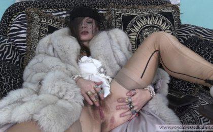 Cherry Lady beim Pelz ankleiden Teil 3 - RDL - Pelzmantel Fetish