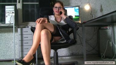Vollbusige Sekretaerin mit Struempfen Straps und Brille