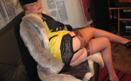 Pelzschlampe in Nylonstruempfen posiert und raucht - RDL - Pelz Fetisch
