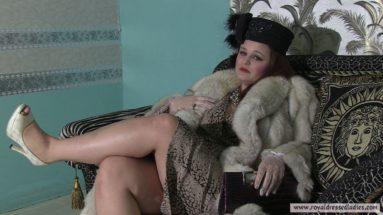 Vollgekleidete pummelige Pelzmantel Dame - RDL - Pelz Sex