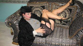Vollbusige Dame fickt sich im Persianer Pelzmantel - RDL