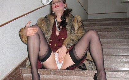 Elegante Pelzschlampe auf der Treppe - RDL Fully Clothed Pelz Sex