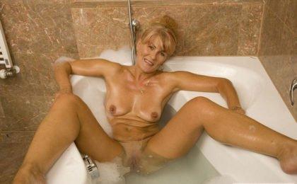 Alte Frau beim Solosex - RDL - Reife Frauen Porno Fetisch