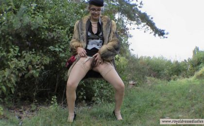 Voyeur lady pisses outdoor - RDL - Pissing in Action